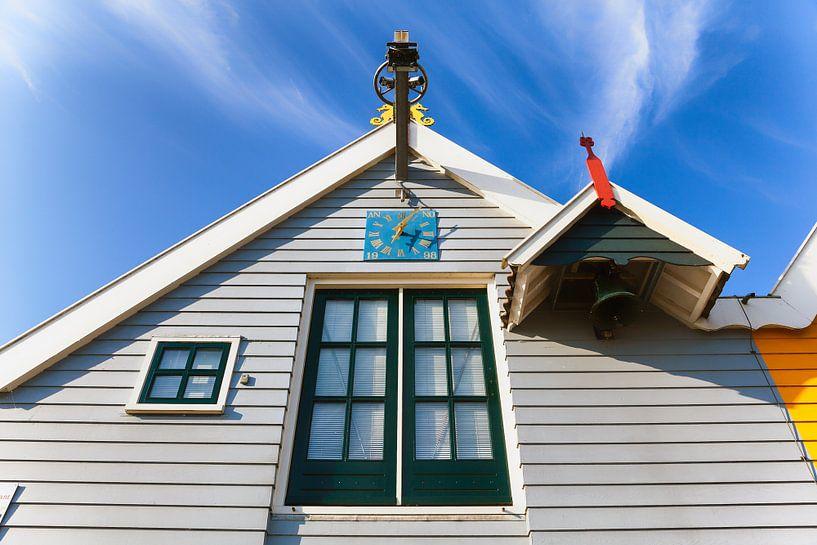 Kleurige gevel met klok in Zoutkamp  van Evert Jan Luchies