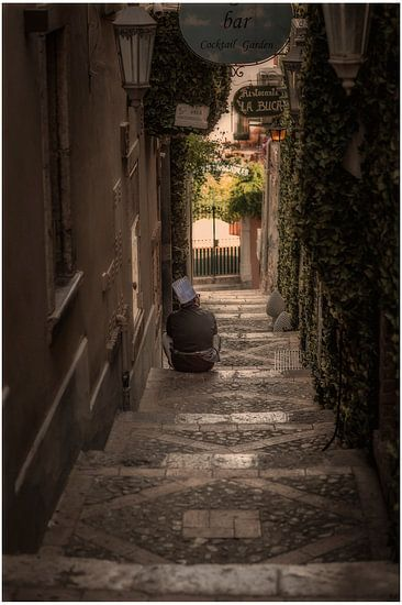 Taormina (Siciliaans: Taurmina)  Sicilië Italië.  rustende kok op trap fotoposter of  wanddecoratie