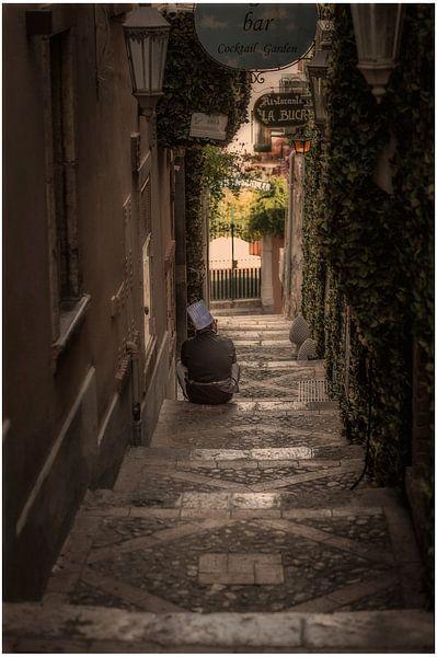 Taormina (Siciliaans: Taurmina)  Sicilië Italië.  rustende kok op trap fotoposter of  wanddecoratie van Edwin Hunter