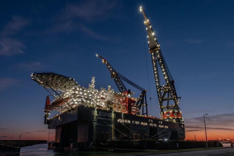 Hollands Glorie: Het grootste hijsplatform ter wereld, de Sleipnir van Heerema, ligt afgemeerd langs van Jaap van den Berg