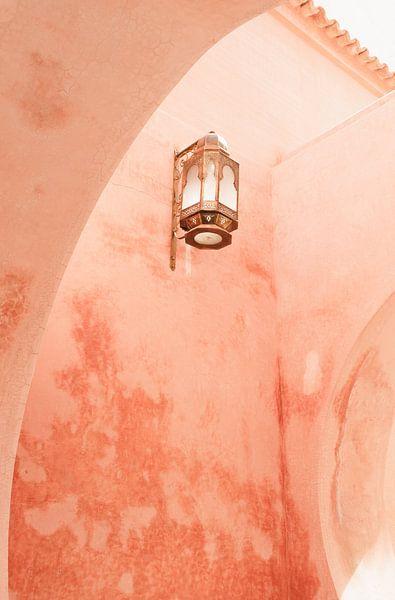 Roze muur en lantaarn in Marrakech van Leonie Zaytoune