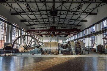 Fabriekshal met grote machines van Patrick Verhoef