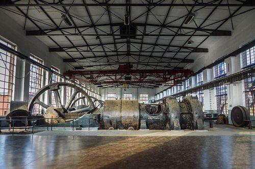Fabriekshal met grote machines van