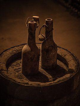 Twee oude flessen op Biervat van