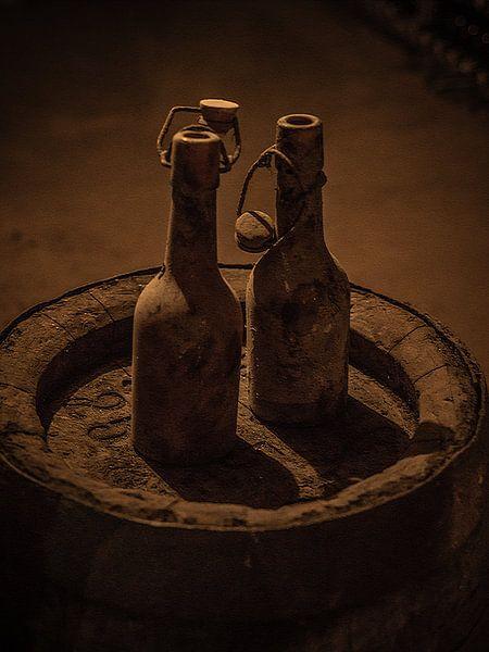 Twee oude flessen op Biervat van Arnold de Gans