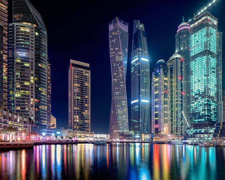 Cayan Tower in Dubai Marina 's nachts van Rene Siebring