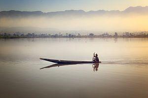 Visser op het stille Inle meer in Myanmar bij zonsopkomst
