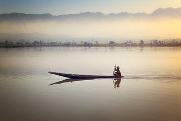 Visser op het stille Inle meer in Myanmar bij zonsopkomst van Nisangha Masselink