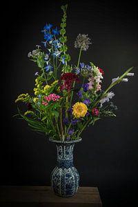 Blumenstillleben in einer Vase: Blumenfreude in Delfter Blau von Marjolein van Middelkoop