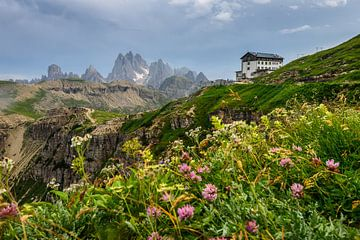 Cabane de montagne dans les Dolomites italiennes sur Eelke Brandsma