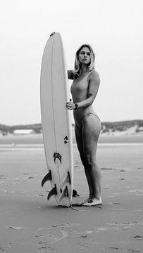 Zwart-wit Portret van Loes met Surfplank no.3 van Alex Hamstra