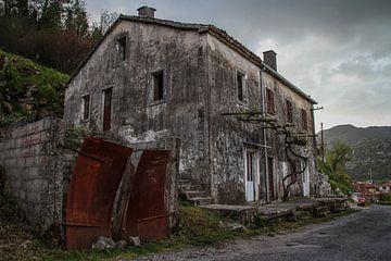 Oud huis in Virpazar van Peter Vlasveld