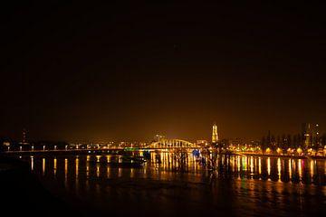 Zicht op Arnhem bij nacht van Jan-Matthijs van Belzen