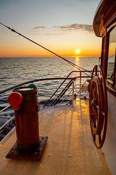 Zonsondergang aan boord van het Tallship Antigua. van Menno Schaefer