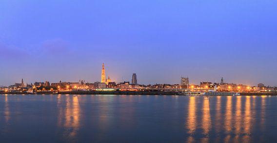 Antwerpen panorama met reflectie in de Schelde