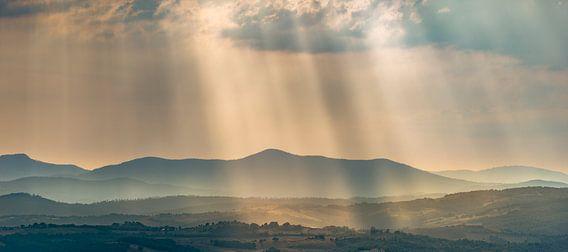 Lichtstralen over de heuvels in Toscane ...