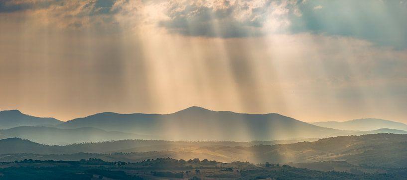 Lichtstralen over de heuvels in Toscane ... van Marco van Dijk