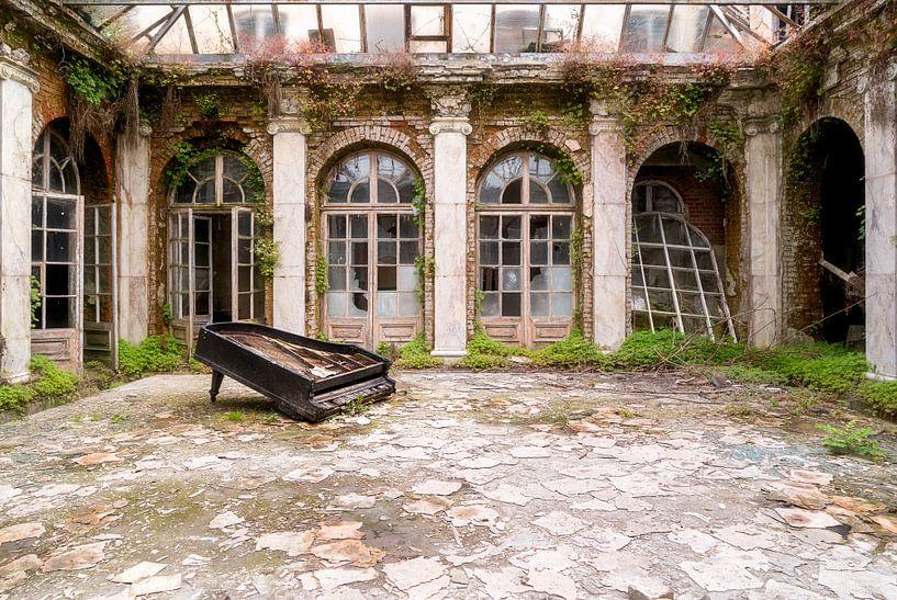 Verlaten Paleis met Piano. van Roman Robroek