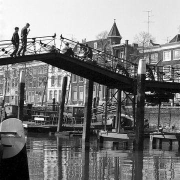 Lange IJzerenbrug met jongens 1968