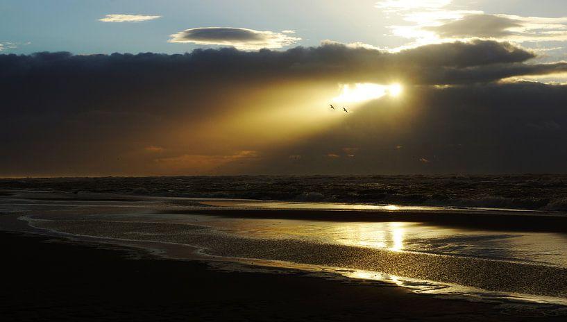 zonnestraal door de wolken boven zee van Dirk van Egmond