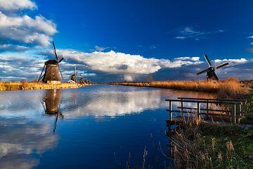 Prachtige regenwolk achter de molens van Kinderdijk von Roy Poots