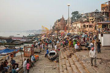 Les gens se lavent et se baignent dans le Gange dans l'un des nombreux Ghats de la vieille ville de  sur Tjeerd Kruse