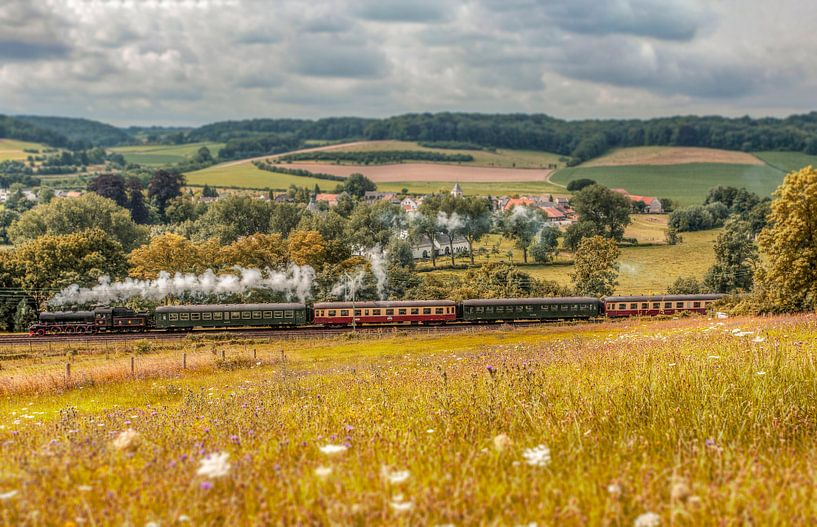 Stoomtreintje passeert Oud-Valkenburg van John Kreukniet