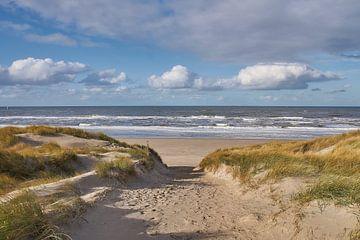 Zeezicht met wolkenlucht vanuit de duinen, op Texel van Ad Jekel