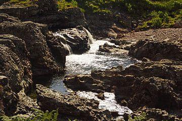 Flussbett im  Glen Coe Mountain Resort. von Babetts Bildergalerie