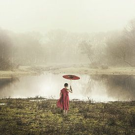 Landschap met Oosterse jongen met paraplu van Keesnan Dogger Fotografie