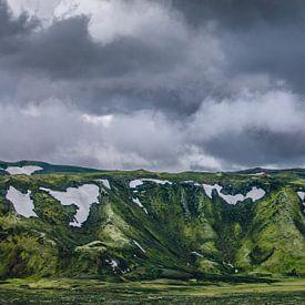 Donkere wolken boven mosgroene bergen in Laki, IJsland van Martijn Smeets
