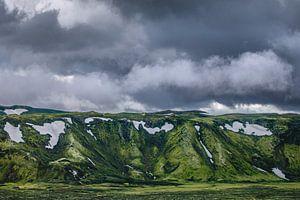 Donkere wolken boven mosgroene bergen in Laki, IJsland
