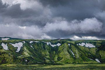 Donkere wolken boven mosgroene bergen in Laki, IJsland sur