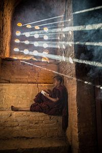 Baghan Myanmar, jonge monnik studeert in budhistisch klooster.