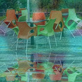Het regent - Kleurige stoelen achter glas van Christine Nöhmeier
