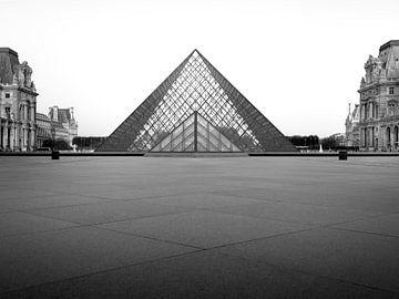 Louvre Pyramid - Black & White von Fernando Salgado