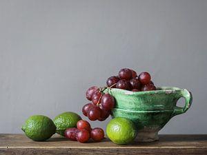 Schaal met druiven en limoenen