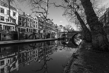 Weesbrug over de Oudegracht op een zonnige winterdag in zwart-wit van De Utrechtse Grachten