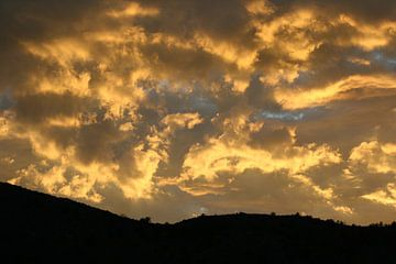 Uitzicht met gele wolkenlucht van Anouk Davidse