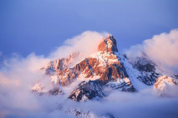 Berglandschap met Alpenglühen van Coen Weesjes