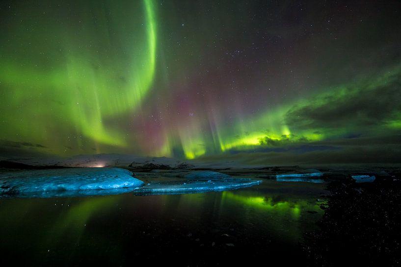 IJsbergen met noorderlicht: Jökulsárlón (IJsland) van Prachtt