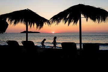 Sonnenuntergang mit spielenden Kindern auf Lesbos von Rinus Lasschuyt Fotografie