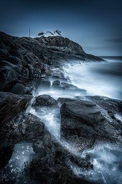 Noorwegen landschap met vuurtoren op de Lofoten bij de poolcirkel. van Fine Art Fotografie