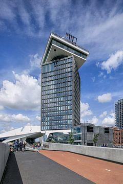 angle large d'Amsterdam Tour contre un ciel bleu sur Tony Vingerhoets