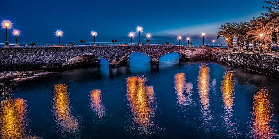 Nachtfoto van de brug bij de Charco del Conde, Arrecife
