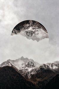 Verschneites Gebiet mit Bergen und niedrigem hängendem Nebel von