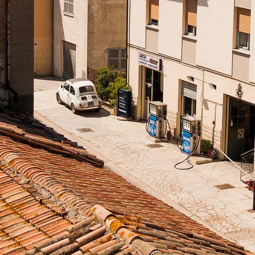 Fiat 500 bij tankstation in Italië