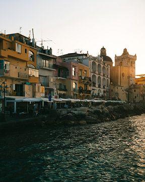 Zonsondergang aan de boulevard vol terrasjes in Ischia Porto op het Italiaanse Eiland van Michiel Dros