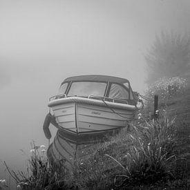Bootje, wachtend in stilte op het optrekken van de mist van Jolanda van Straaten
