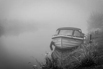 Boot, schweigend wartend, bis sich der Nebel auflöst von Jolanda van Straaten